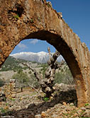 The archway of a ruined house in Aradena